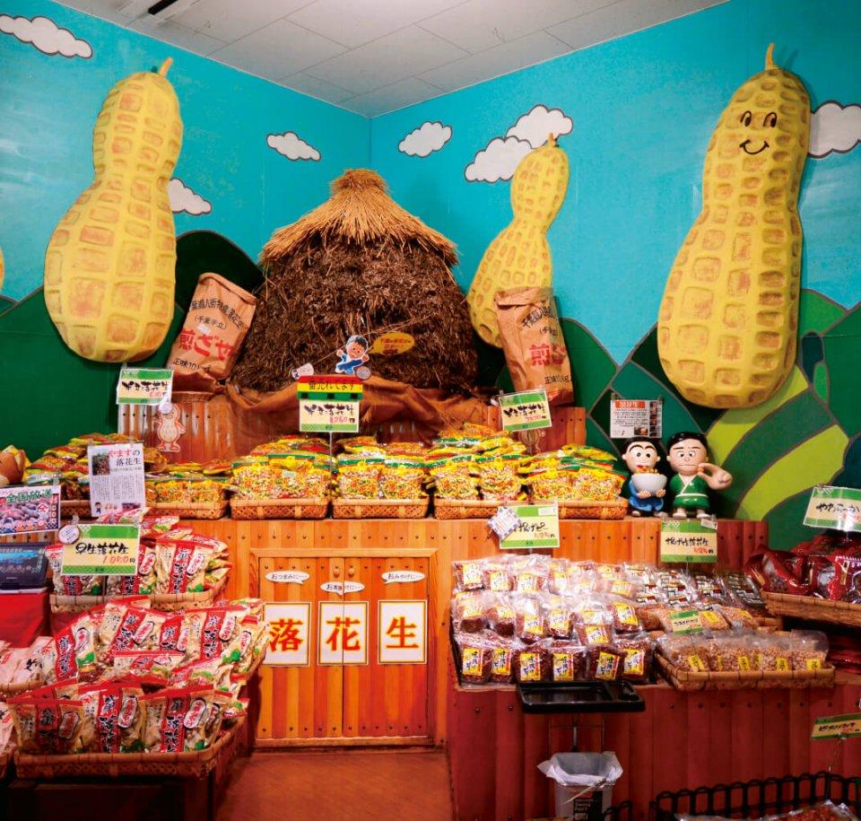 地元の産品が並ぶ店内。サツマイモや落花生などの装飾をしていることもある