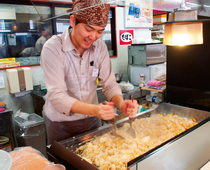 「オレボ」全店で店内調理が可能。米松店では、鉄板調理を見せるライブ感ある演出で、客の関心、スタッフのやりがいをともに高める
