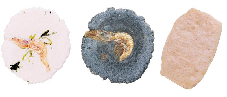 商品左から、純白の生地に白えびを一尾のせたみやびな【月桜(つきさくら)】、イカ墨を生地に練り込んで磯の香りがする【夜桜(よざくら)】、白えびの粉を生地に練り込んだぜいたくな【磯俵(いそだわら)】
