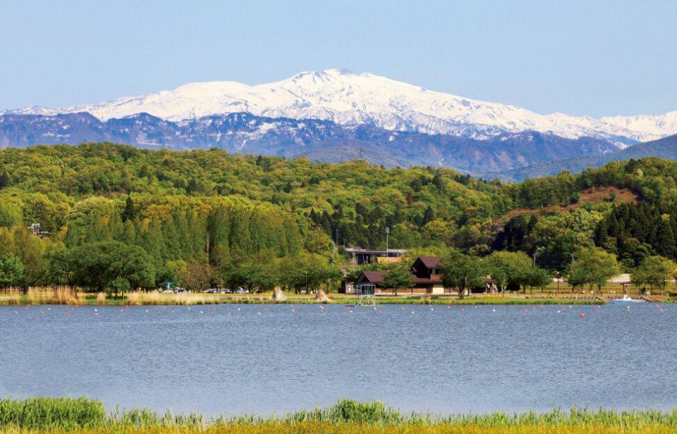 2015年度全国植樹祭の開催地である木場潟公園から望む白山