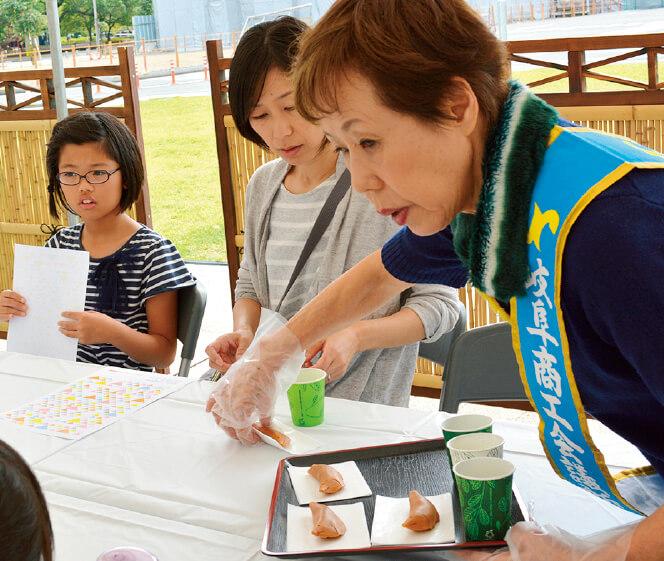 鮎菓子とお茶を振る舞う女性会メンバー