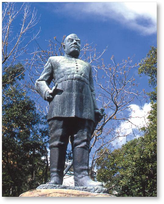 わが国初の陸軍大将の制服姿で城山を背景に仁王立ちする高さ8mの堂々たる西郷隆盛像。昭和12(1937)年に完成