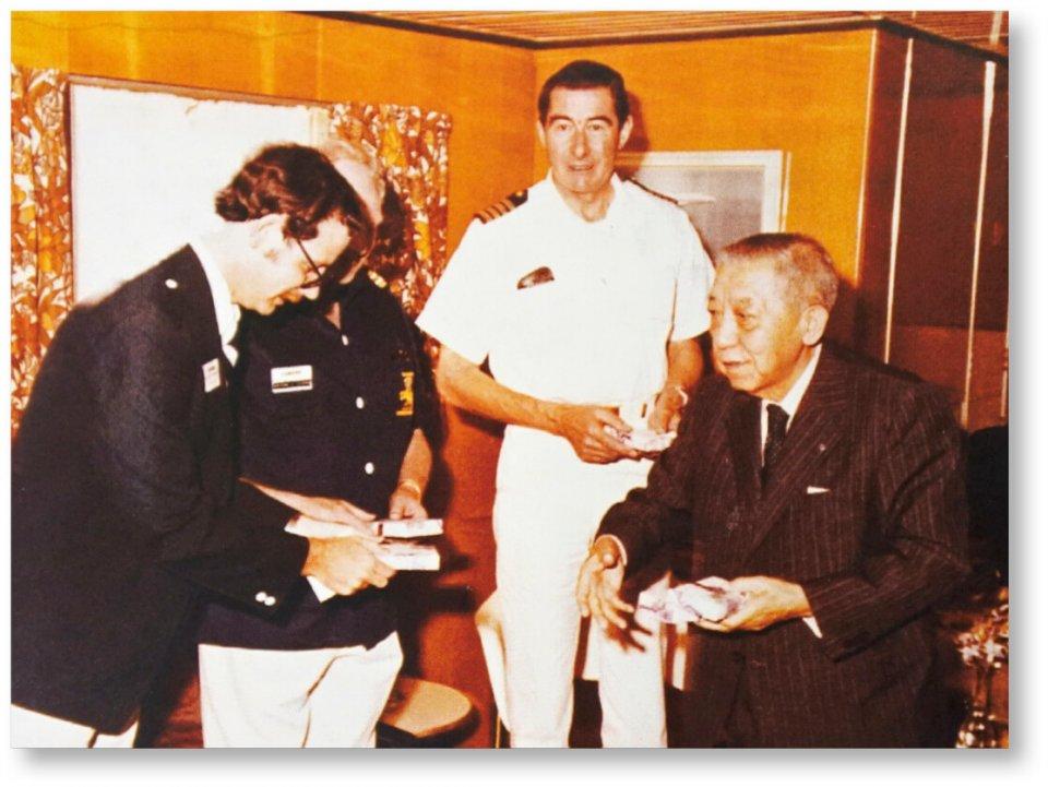 寄港したクイーンエリザベスⅡ世号関係者と懇談する岩崎與八郎会頭(当時)。現在の岩崎会頭の祖父にあたる