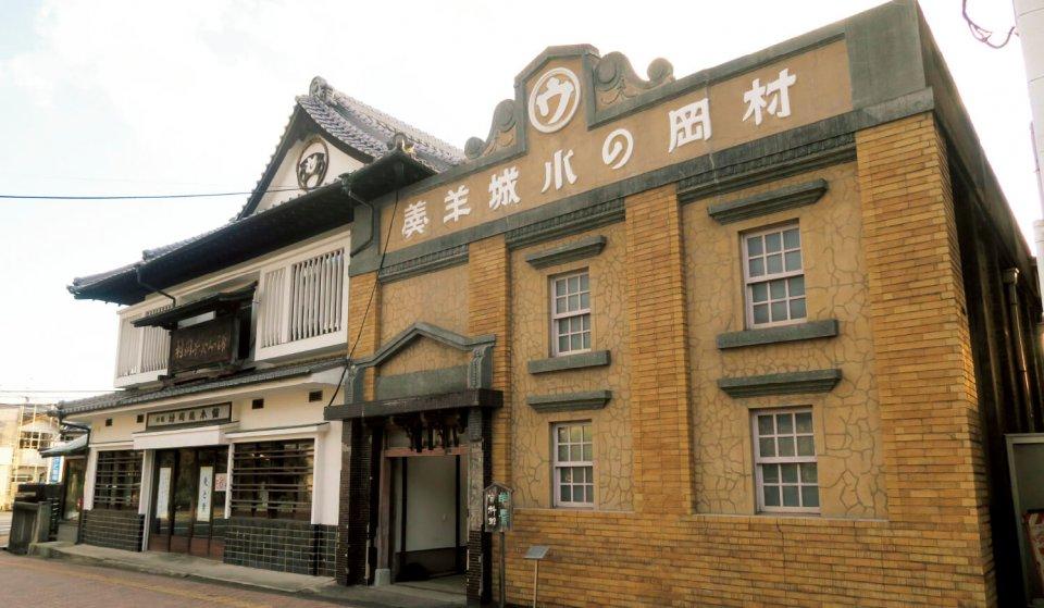村岡総本舗の本店(左)のすぐ隣には、砂糖蔵を改装した村岡総本舗羊羹資料館(右)がある