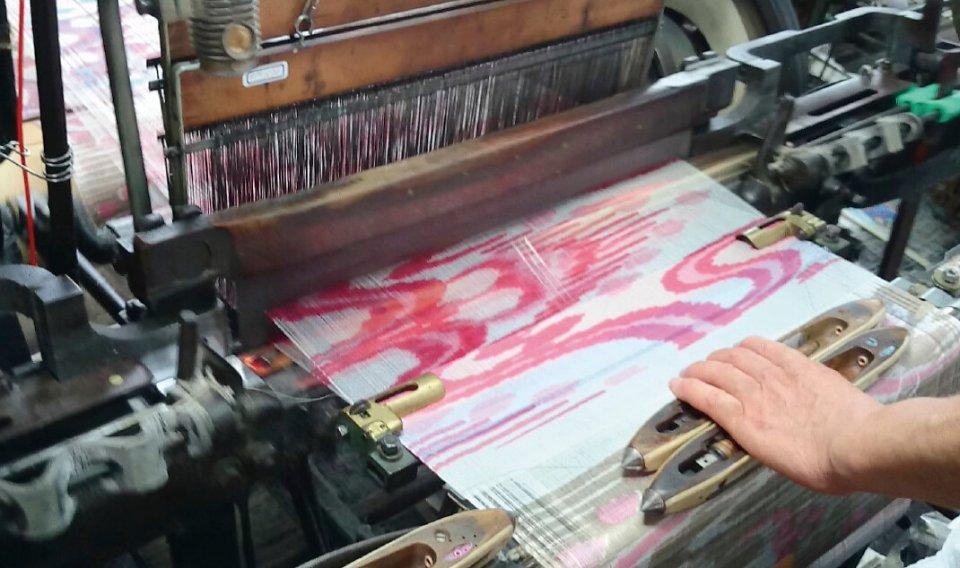 洋服用の広い幅の生地。足利銘仙は織る前の糸にプリントすることで独特の深みを持つ色彩を表現できる