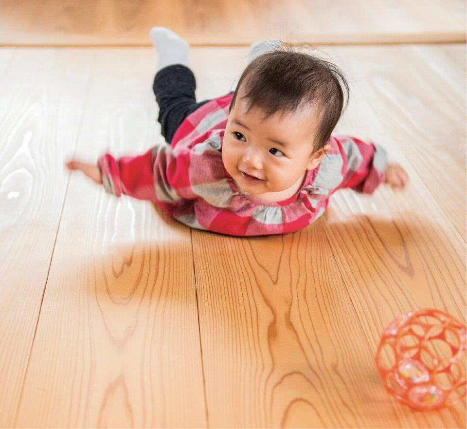 平成29年にキッズデザイン賞を受賞した「吉野杉の床」。18cm幅の広いフローリングは、肌触り、保温、保湿性に優れた吉野杉の特徴が生きる