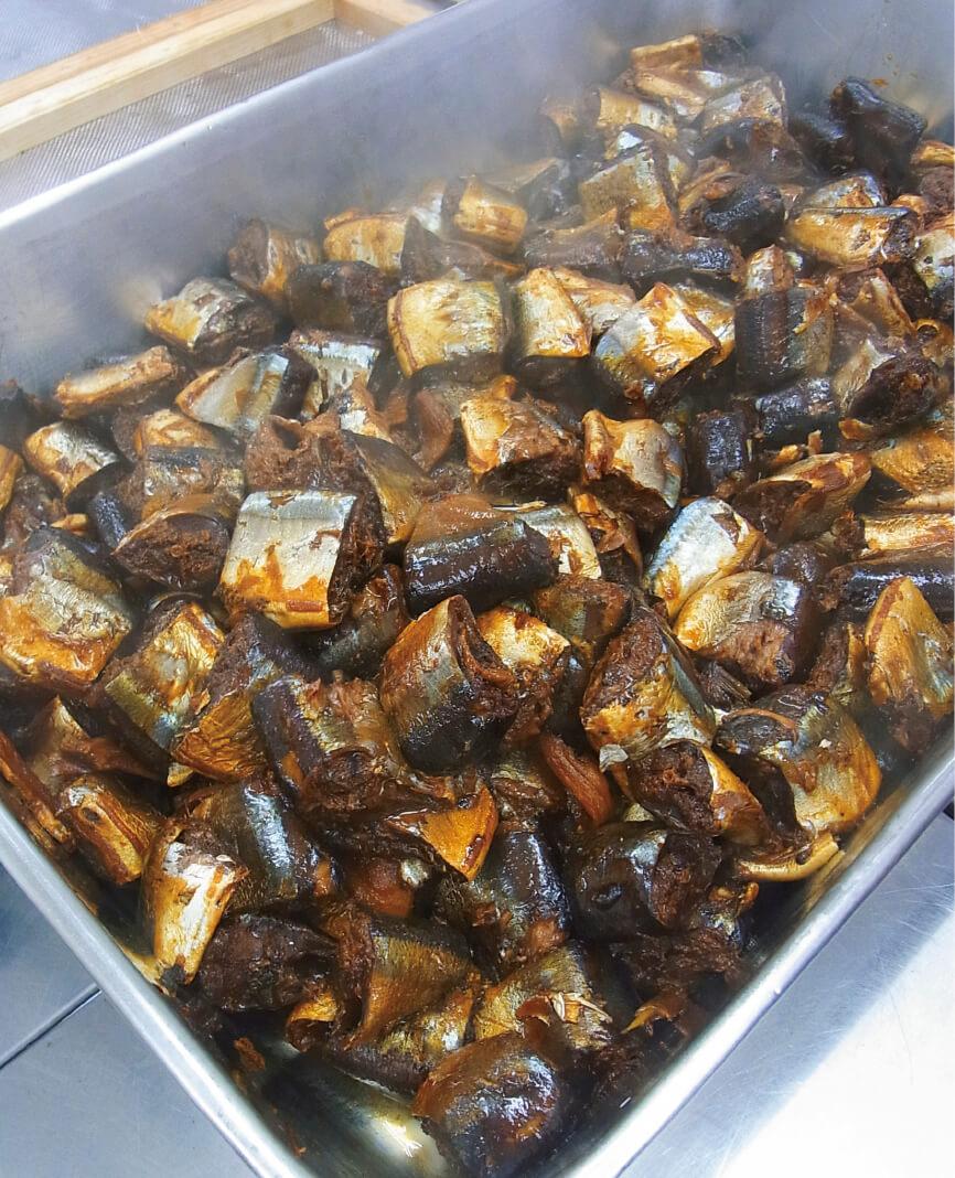 煮上がったサンマの佃煮。食欲をそそる甘く香ばしい匂いがふわりと広がる。サンマのカットから箱詰めまで一貫体制、全て手作業で行う
