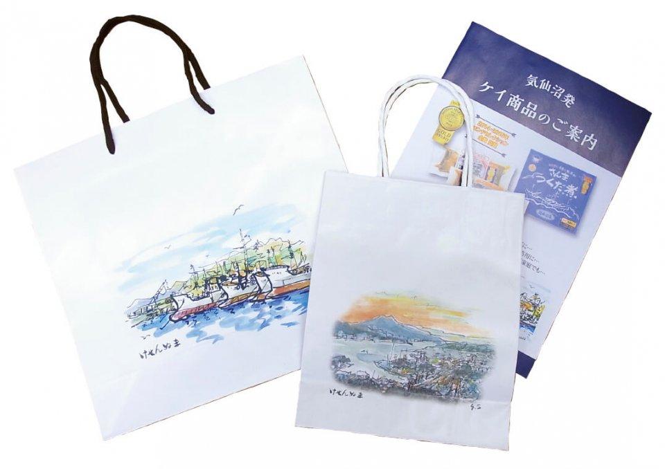 2年前に日本商工会議所の小規模事業者持続化補助金を活用し、チラシと大小300袋ずつの紙袋を作成。震災前の気仙沼港の風景が生き生きと描かれている