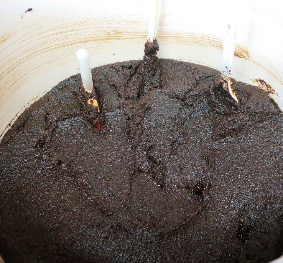 3年間長期熟成させた無添加天然醸造の生みそ。色は黒くなるが、濃厚な味わいになり、栄養価も高い