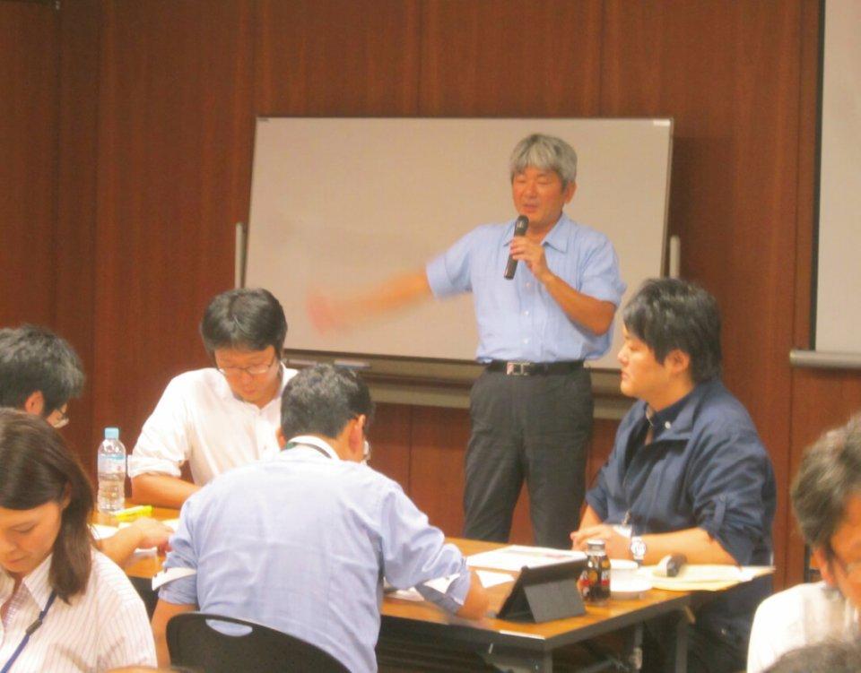 サプライヤーの商談スキルを上げるため専門家を招いた「販路開拓塾」を開催し実践テクニックを伝える。写真は参加者同士のグループ討議の様子