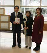 宇佐市社会福祉協議会へ寄付金とタオルを贈呈する東会長(中央)ら