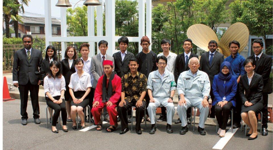 奨学生として採択された留学生たち。中島記念財団理事長を務める中島さんは「東南アジアの学生たちを中心に支援していきたい」と抱負を語る