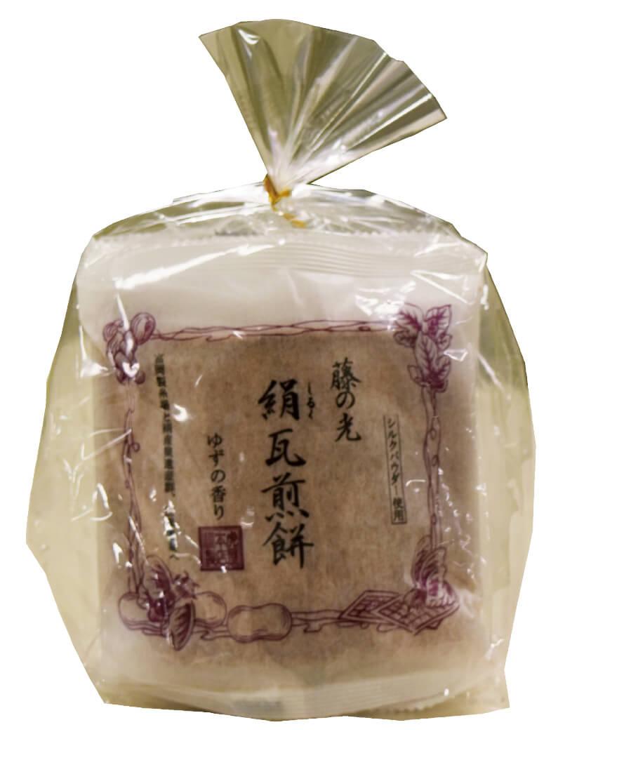 絹にちなんだ菓子もお土産に喜ばれる。絹を粉末状にしたシルクパウダー入りの「瓦せんべい」