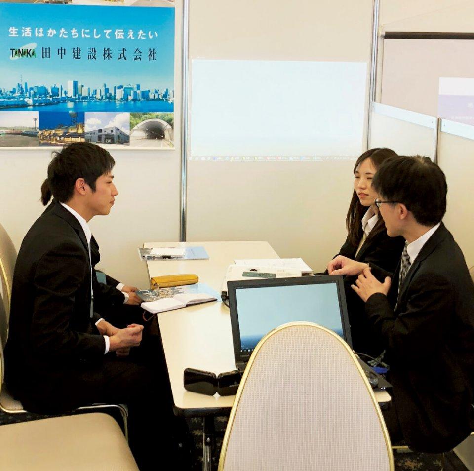 業界研究セミナーでは企業ごとにブースを設置し学生に自社の魅力を説明した