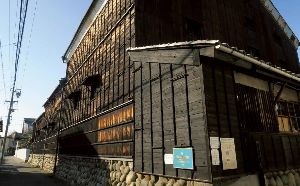三輪酒造の酒蔵。明治20年に建てられ、その後の大地震、大洪水、空襲を乗り越え、国の登録有形文化財に指定されている