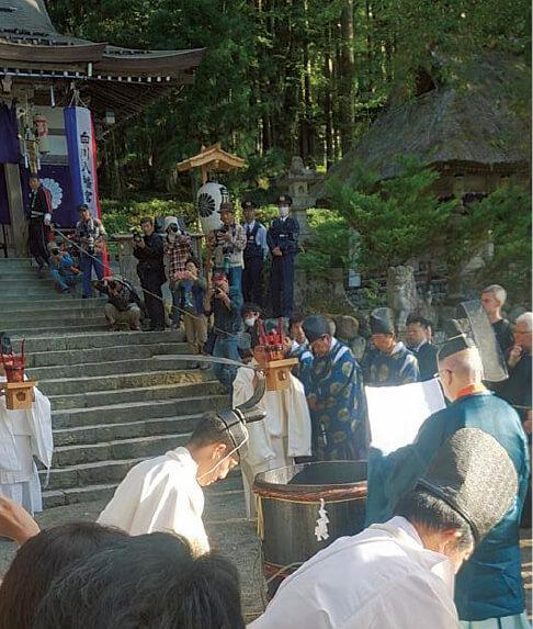 白川村の神社で毎年10月に行われている「どぶろく祭り」。大勢の観光客が訪れる