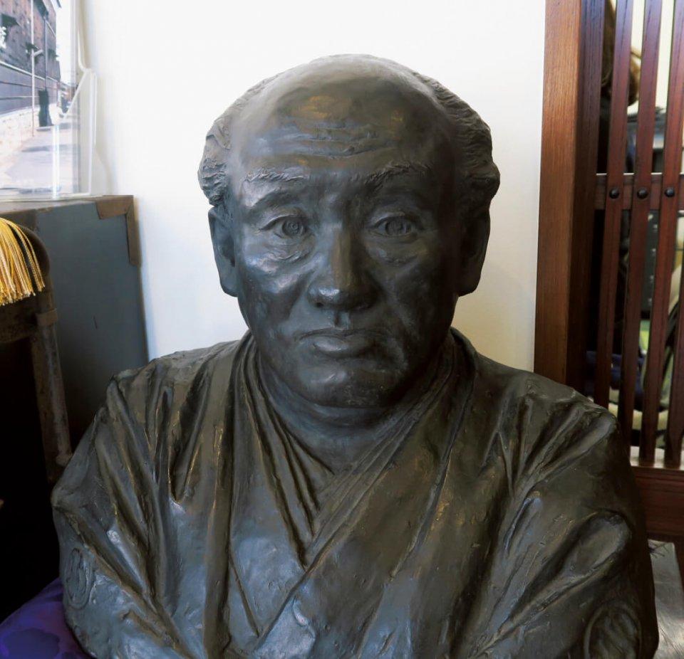 三輪酒造の店内にある小原鉄心の像。澤田屋に来てよく酒を飲んでいたという