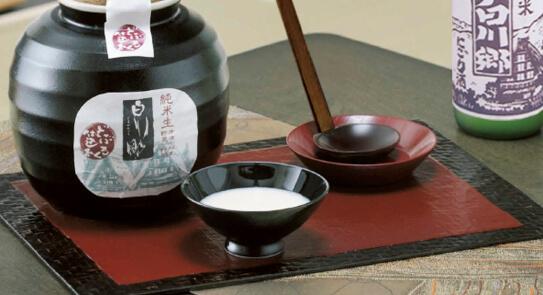 『白川郷 純米生 どぶろく仕込み』は、熱を加えず網でこす作業もしていないため、どぶろく本来の風味を味わうことができる