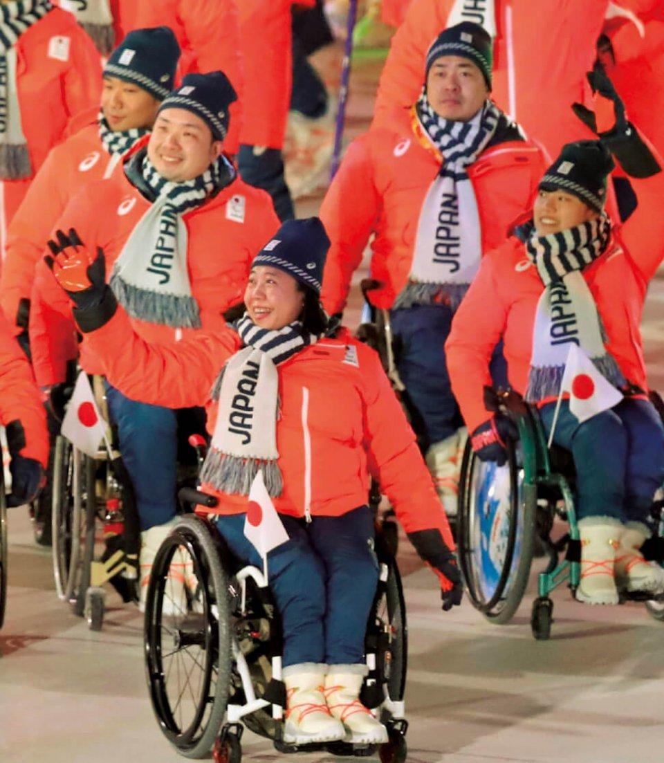 平昌パラリンピック開会式で入場する、日本選手団団長を務めた大日方さん。写真提供:産経新聞