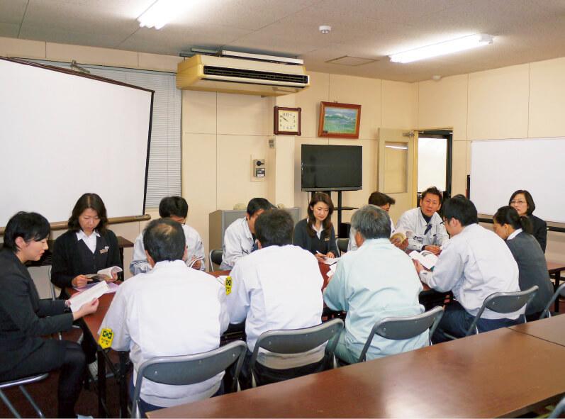 西岡社長が講師を務める「経営塾」。帳簿の読み方からマネジメントまで、幅広いテーマで行っている