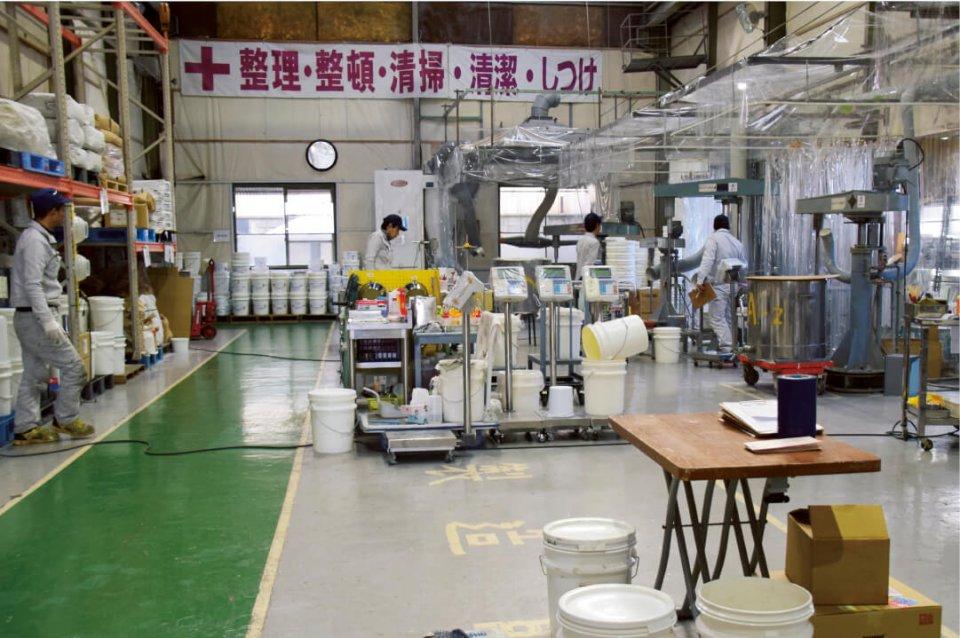 宝榮産業の工場で黙々と作業する従業員だが、弘美さんの教えにより来客へのあいさつが徹底されている