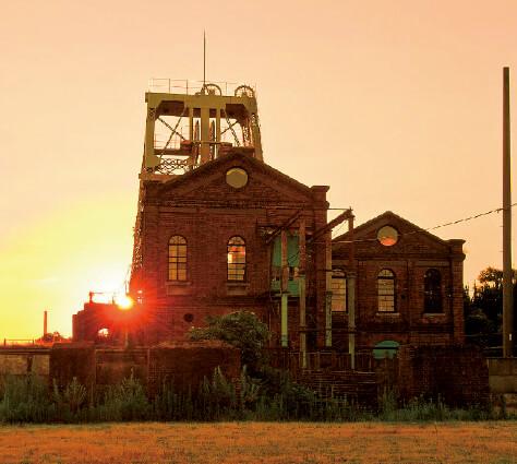 万田坑(夕日):明治41(1908)年完成の第二竪越ごしに望む夕日