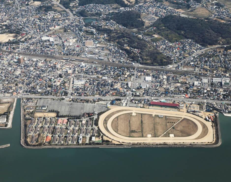 荒尾市航空写真:JR荒尾駅と2012年3月に閉鎖された荒尾競馬場周辺。荒尾競馬場跡地は、「人・自然・新たな交流を育む ウエルネス拠点」として整備される