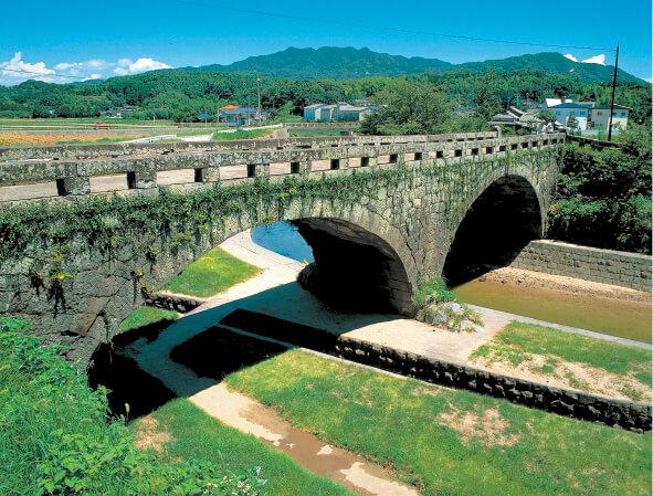 岩本橋:約150年前、江戸時代後期に建造された石造眼鏡橋。熊本県指定重要文化財