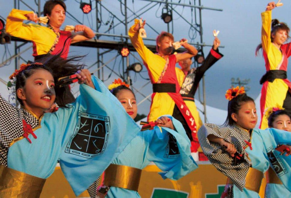 あらお荒炎(こうえん)祭:荒尾の歴史と文化に根ざした山、海、大地、人の4つの炎をテーマにした大行灯や太鼓、創作踊り、総踊りなどが行われる