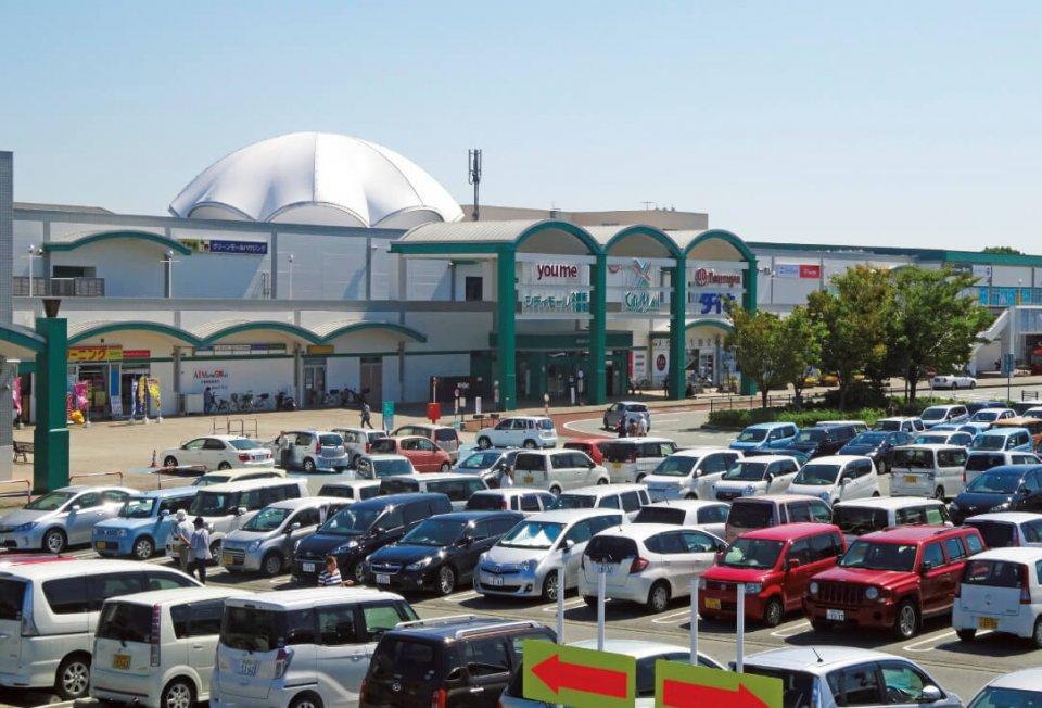 あらおシティーモール:特定商業集積整備法に支えられ誕生した地域密着型ショッピングモール。年間400万人以上の集客を誇り、黒字経営を続ける