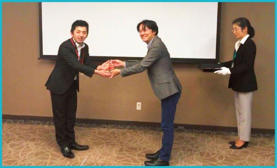 大賞の楯を受け取る松尾氏