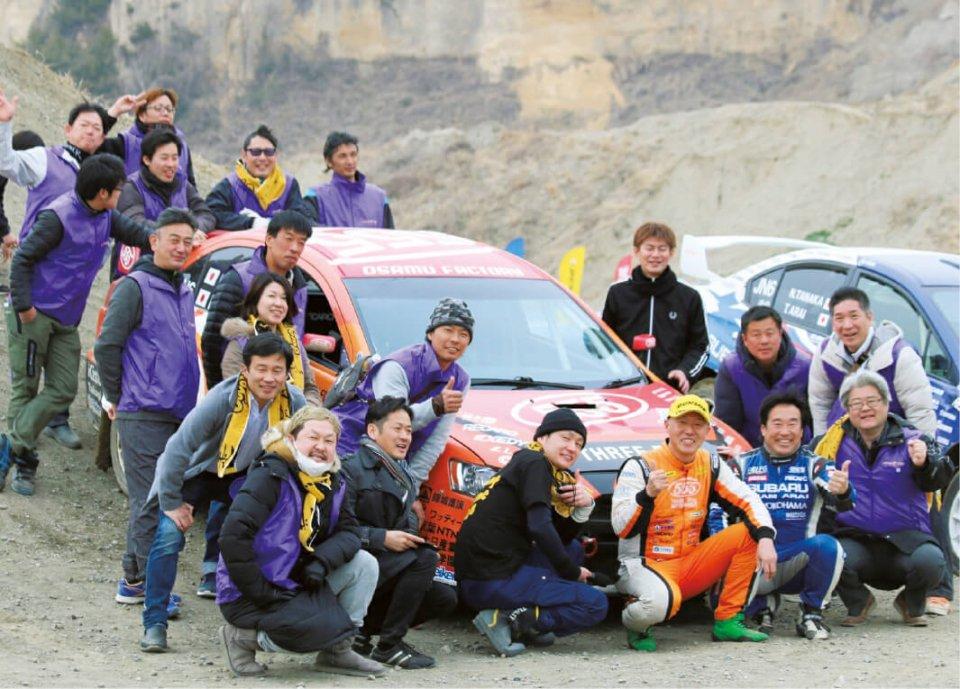 ラリーカーと全日本ラリードライバー福永修氏を囲み城陽YEGメンバーで記念撮影
