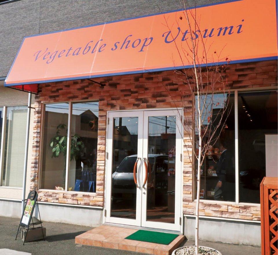 昨年7月にオープンした店では、アオベジや各地の野菜、果物などを販売している