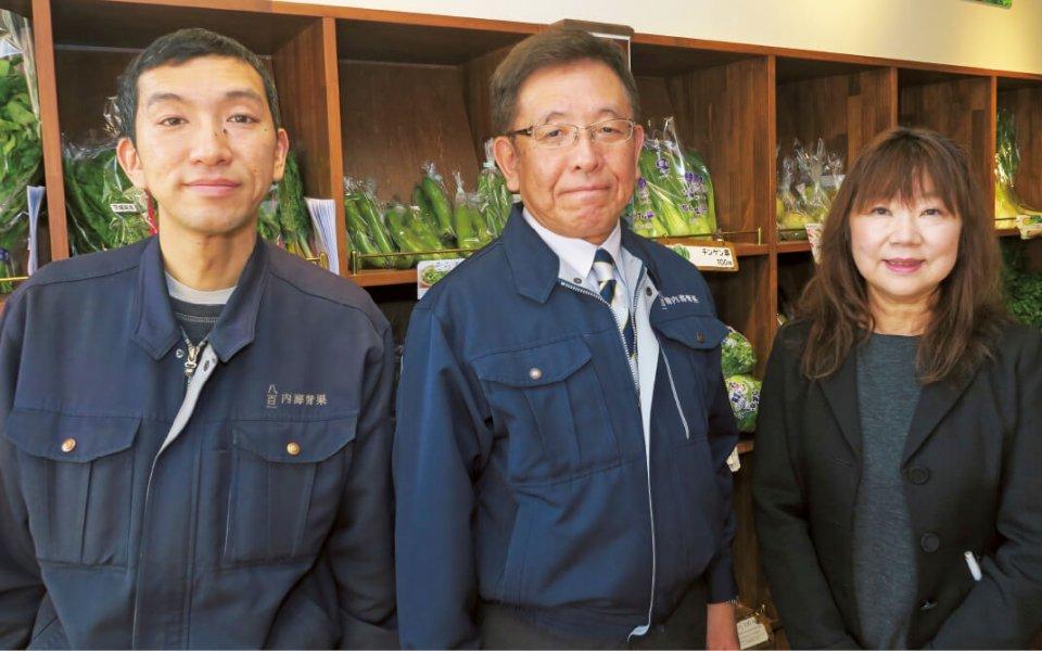 四代目内海弘次さん(中)と妻の久香さん(右)、長男の明穂さん。「自分の目で見られる範囲で商売をして基礎を固め、次の展開は息子に託していきます」と弘次さんは語る