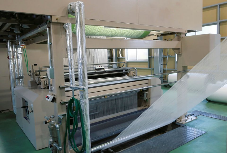 3カ所の工場すべてでISO9001の認証を取得している。製造工程は、荒巻、サイジング、織布、樹脂加工、粘着加工、カレンダー加工、スリット加工、検査などに分かれている。特に、特殊な粘着加工技術を有している点に強みがある
