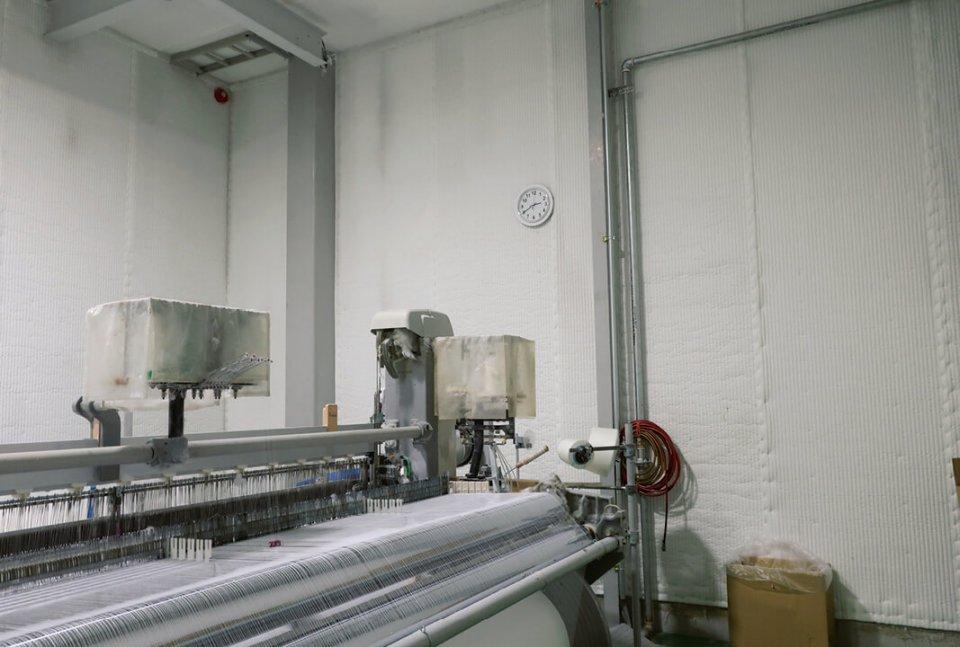 工場内の壁には防音のためにKT吸音材が貼られている