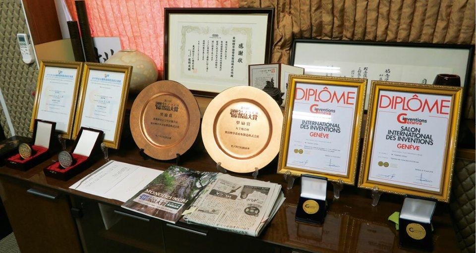 薄葉寒冷紗は『超モノづくり部品大賞』のほか、2015年には台湾の『台北国際発明及び技術公益展』で金賞、16年にはスイス・ジュネーブの『Salon International des Inventions』で金賞を受賞している