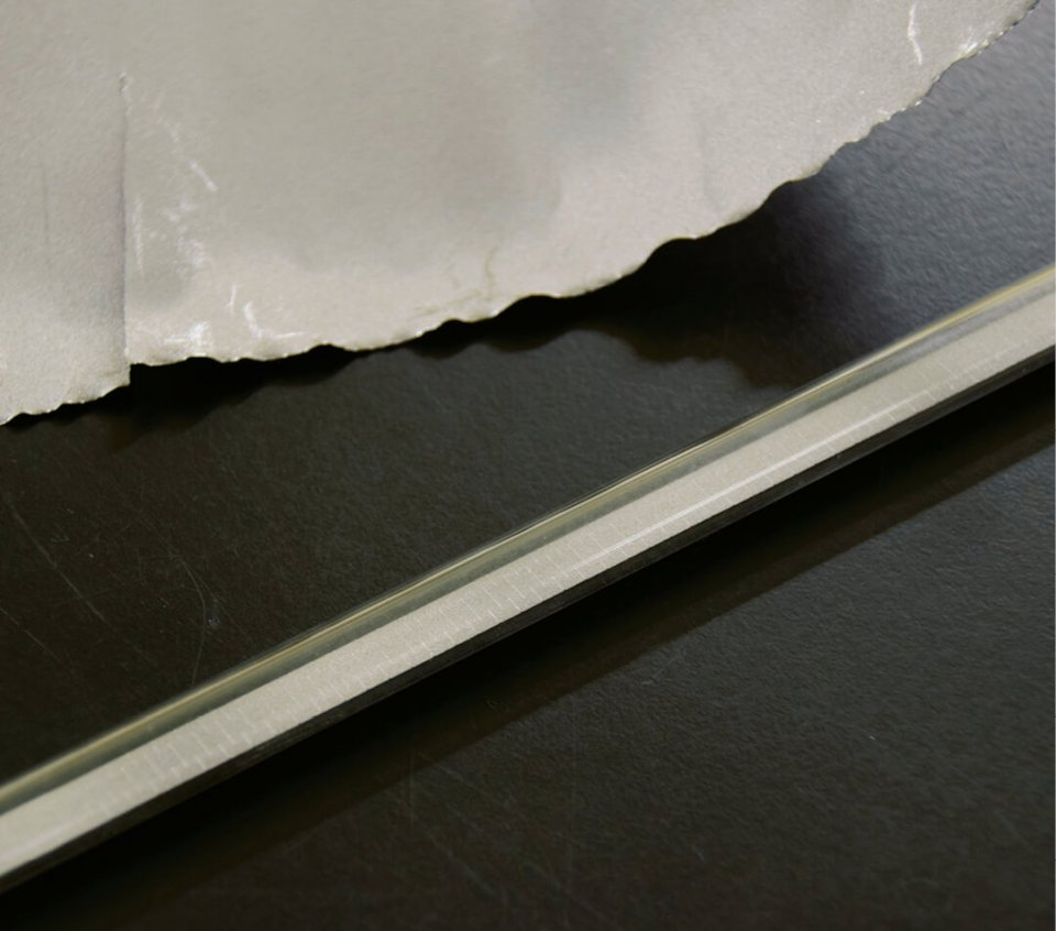 グラファイト(素材)とグラファイトヒーター。ガラス管内のグラファイトには不規則な切れ込みが細かく施されている