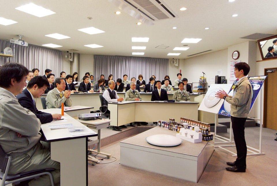 毎週月曜日に開かれる「新商品開発会議」。新商品についてばかりではないが、毎回50〜60もの提案が出される