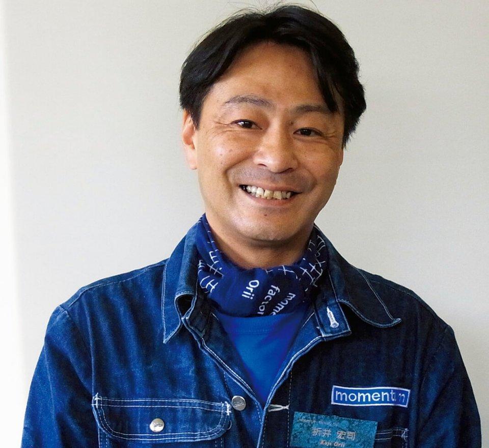 オリジナルのワークウエアに身を包む折井宏司社長。「展示会は継続して出展することが大事で、5年ぐらいして認知され、ビジネスチャンスが広がりました」と語る