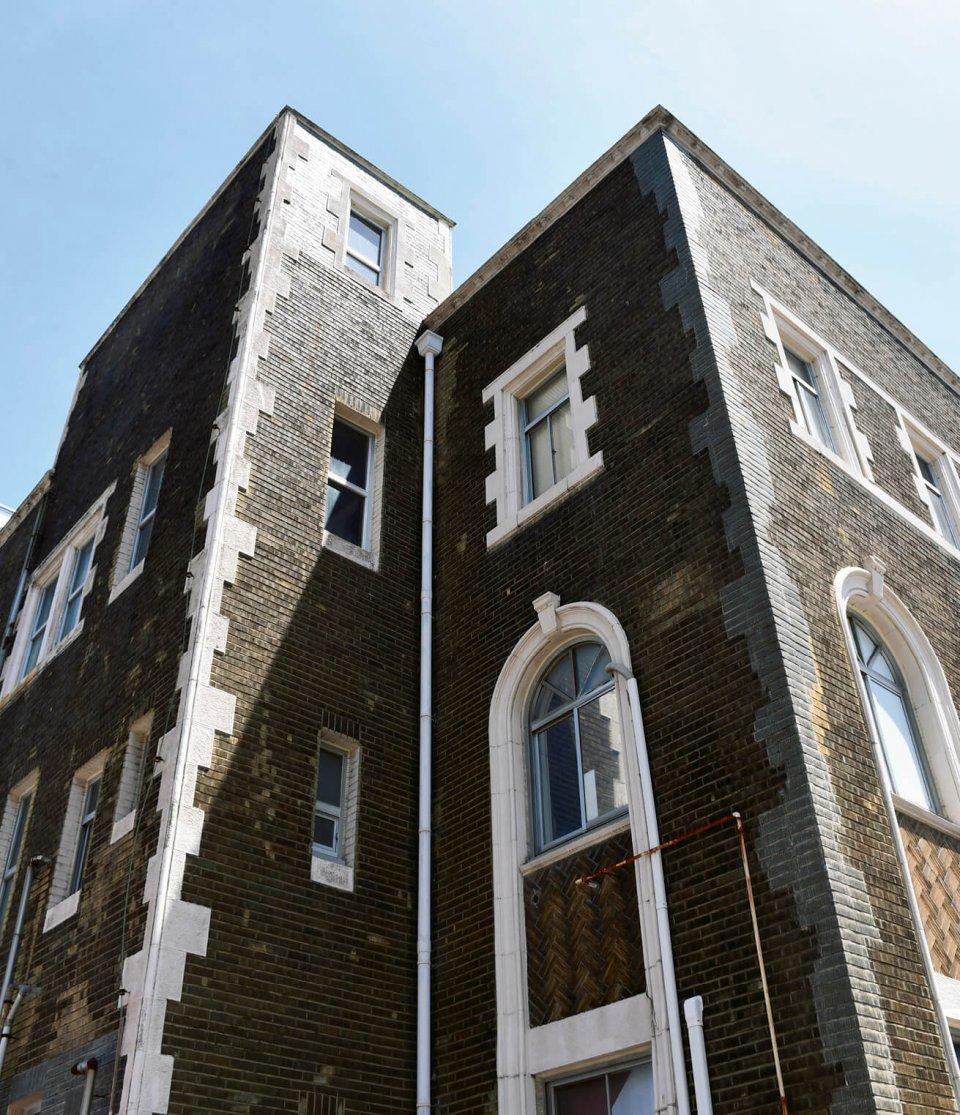 1933年築のレトロビルが形をそのままに、「Re-TAiL(リテイル)」として生まれ変わった。繊維を主軸としたテナントやアトリエなどを集めた建物で、繊維のまちのシンボル