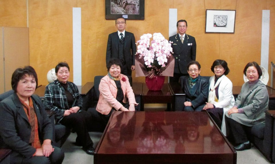 JR宇都宮駅の駅長(中央右)らと女性部メンバー