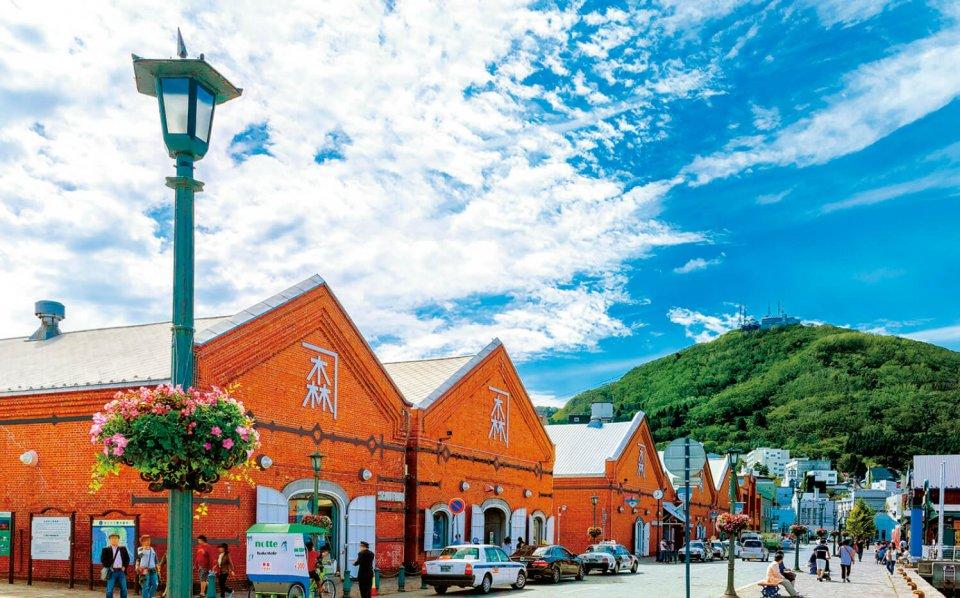 7棟の赤レンガ倉庫の内部には、ショッピングモールやビアホール、カフェ、多目的ホールなどが入っている