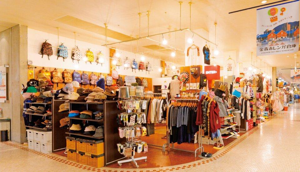 赤レンガ倉庫内にあるショッピングモールには、みやげ物や宝飾品、民芸品などの店が並ぶ