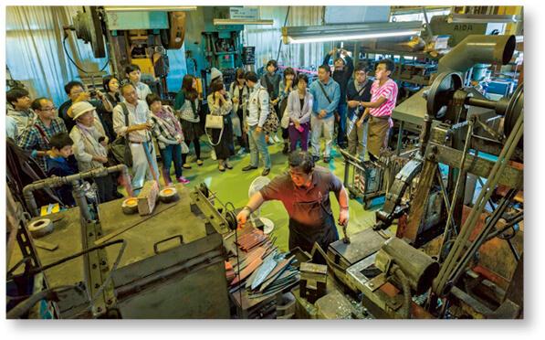 「工場の祭典」での包丁工房「タダフサ」。工場見学者が多数訪れた