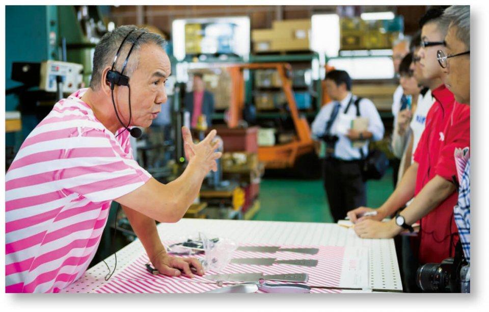 「工場の祭典」での永塚製作所。見学者を前に商品説明に力が入る。提供:「燕三条 工場の祭典」実行委員会