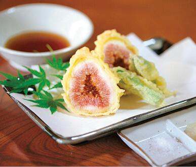 これまでに開発されたイチジク商品の一例。イチジクのタルト(右)と天ぷら