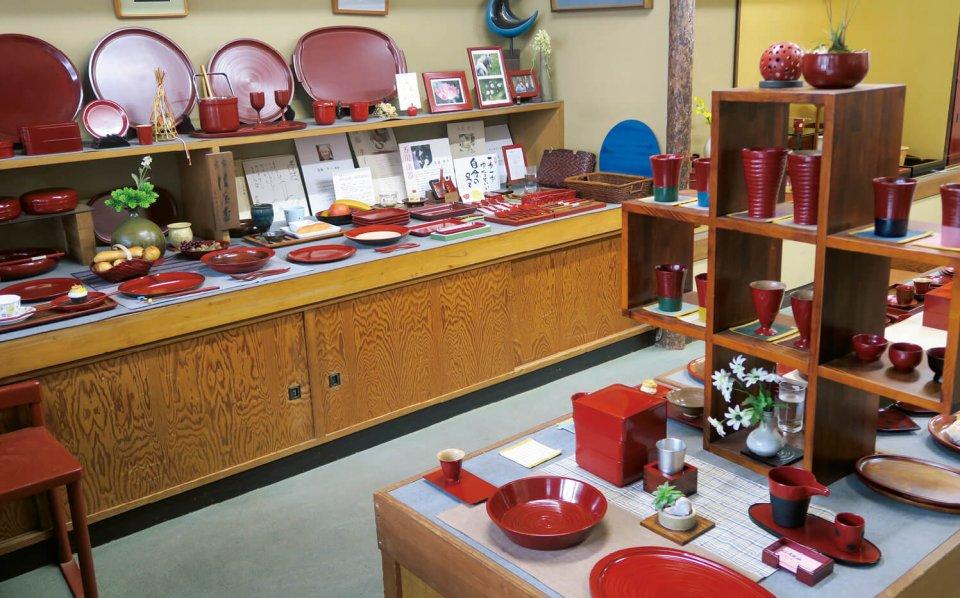 店内には数々の後藤塗の食器が並ぶ。渋い朱から鮮やかな朱まで色とりどり