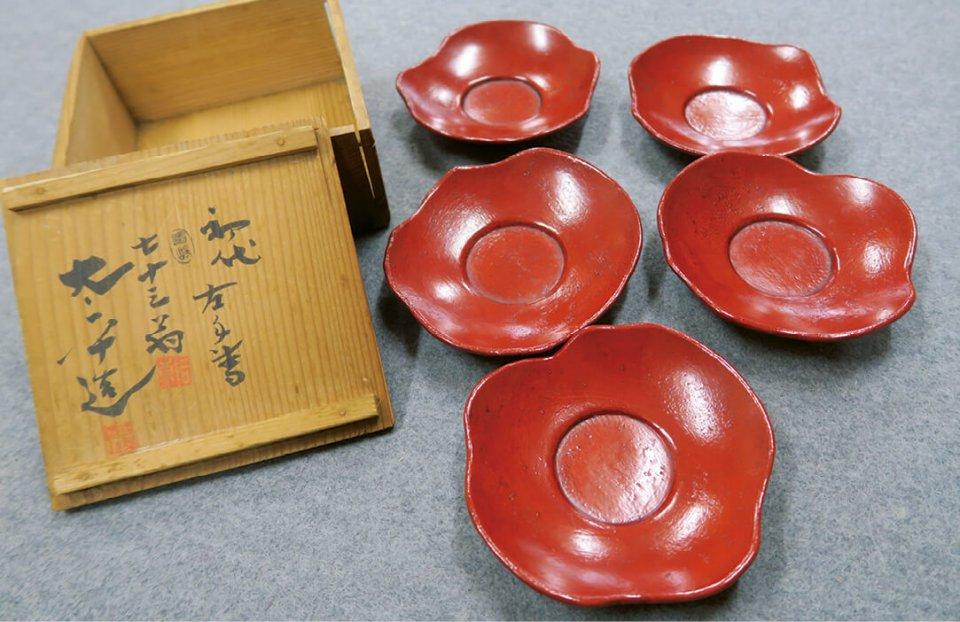 初代太平がつくった茶托。すべて手づくりで一つずつ形が違う