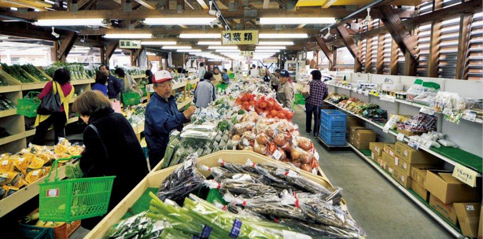 産直市場 花野菜(かのな)/「道の駅 花ロードえにわ」に併設された花と野菜の直売所。収穫時期には地元産農作物がたくさん並び、大勢の来店者でにぎわう
